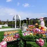貸切ガーデンテラス併設バンケット「フルール」。一面緑の広がる芝生ガーデンテラス&暖かい自然光が会場を優しく照らします。ガーデンでの挙式もOK◎開放感溢れる青空Weddingが叶います♪