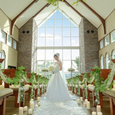 【教会・ハーモニックホール】左右正面の窓から自然光が降り注ぎ、温かい雰囲気が漂う。繊細なテクニックで奏でられるヴァイオリンの音色が、誓いの瞬間をドラマティックに祝福。