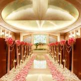【クロワドール】「金の十字架」の名を冠するチャペル  8mの大理石のバージンロードに美しく反響する賛美歌とほのかに香るバラのアロマ 。  外光によりステンドグラスのバラの色も刻々と変化し時を刻 みます。  収容人数/着席~80名様