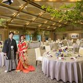 100名様まで可能な披露宴会場 宮大工が築き上げた細かい設え 日本古来の松をイメージした和装が とても栄える場所です