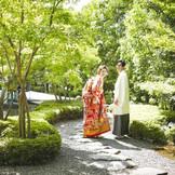 和装にもドレスにも調和する日本庭園。