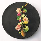 黄ポワロンのピューレと野菜で綴るおふたりの新たな道 ガルムでマリネした鮪のミキュイ キヌアを使ったトマト風味のタブレを添えて