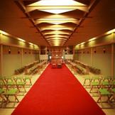 住吉神社の御霊を祀る本格的な館内神殿。80名様まで着席可能な広々とした空間では両親だけでなく、友人にも大切な誓いを見守ってもらえます。前撮りのスポットとしても大変人気です。感動と気品に満ちあふれ花嫁の清らかな美しさが胸にせまる感動的な瞬間