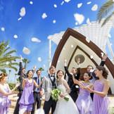セレモニーを終えた後は、色とりどりに舞うフラワーシャワーやバルーンリリースが人気。
