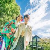 大空とシンボルツリーをバックに、彩かな和装でパシャリ!自然に出る笑顔がとって素敵。