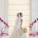 チャペルは思わず息をのむスケール感。全面窓からの自然光とクリスタルのきらめきが花嫁をいっそう美しく見せてきれます。