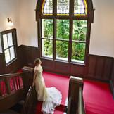 ステンドグラスにウエディングドレスが美しく映える