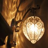 聖堂に続く薄暗い回廊には、温かみのあるランプの灯りが燈されています。