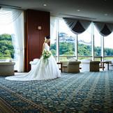 和歌山城を一望できる待合のホワイエは遠方のゲストにも和歌山市にお住いのゲストにも好評。