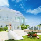 チャペル周辺には潮風を感じるゆったりしたガーデン。沖縄でリゾートウエディングなら「モントレ・ルメール教会」へ。