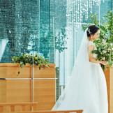 無数のクリスタルと水の煌めきが花嫁姿を一層美しく輝かせる