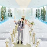 水上に浮かぶガラス張りのアクアチャペルは、大阪都心にいながら開放的なリゾート感を感じる挙式が叶う!