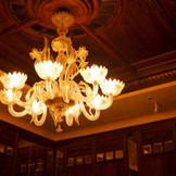 温かな光を放つシャンデリアなど、上質なアンティークの数々がふたりの舞台に華を添える。
