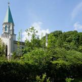 【聖ヨハネ仙台ゆりが丘教会】緑の丘に佇むゆりが丘のシンボル。たくさんのカップルの一生に一度の瞬間を見守ってきた。
