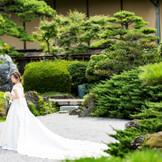 緑鮮やかな日本庭園ではウエディングドレスでの前撮りも人気