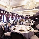 別邸『アルフォンソ』のパーティー会場【ジュエル】 まるで宝石箱のような披露宴会場です 専用の厨房も完備しております。上質な空間なコーディネートが、大人のための贅沢な時間をお約束。