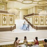 【グラン・ド・フルール】 一目ボレ率No.1の大階段!お色直しの再入場も、こんなにドラマティックに!プリンセス気分を味わえる♪