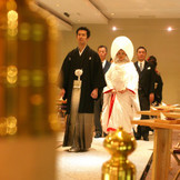 伝統的な神殿式もおすすめ。 ご家族様や大切な方に見守られて、厳粛な式を挙げることができます。