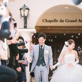 挙式の後はバブルシャワーが! 幻想的な雰囲気の中 ゲストからの祝福が溢れます。