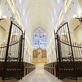 格調高いアイアンゲートから祭壇へのびる長さ25mのバージンロード。