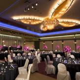 披露宴会場「カトレア」。最大350名様収容。シャンデリアが輝く開放感のあるバンケット。