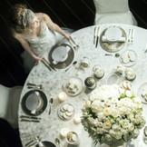 【ホテルウエディング】 テーブルコーディネートも自由に選べる。あえて白で統一しても素敵。