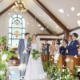 ゲストと距離が近いチャペルでは、祝福の拍手やゲストの笑顔がチャペル中を包み込む。