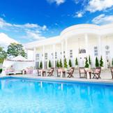 ホワイトハウスは広大なガーデンとプールが魅力