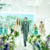 フラワーシャワーの演出で、ゲストの笑顔とカラフルな花びらに包まれる