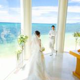 祭壇からは沖縄屈指の透明度を誇る、谷茶の海が広がります。沖縄でリゾートウェディング・フォトウェディングなら「リザン・ル・アンジュマリー教会」
