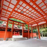 """挙式会場""""本殿""""の中です。挙式場の中まで朱塗りの神社です。白無垢・打掛姿が良く映えますので、お写真をしっかりと残したい方にもおすすめ☆"""