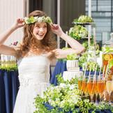 挙式後の撮影は開放感あふれるテラスにて、ブーケトスなどの演出も可能