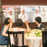 会場隣接のオープンキッチンから出来立てのお料理をお届け!
