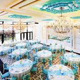 【パーティー会場:キンクシア】ロイヤルブルーの美しさと煌めくシャンデリアに心ときめく空間。贅沢な時間をゲストと一緒に楽しもう。