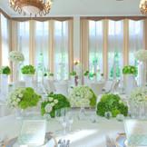 【迎賓館ル・トリアノン(60~150名)】白とグリーンで気品のあるコーディネート。