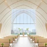 天井高10m、バージンロードの長さは18mというその贅沢な空間は女性デザイナーが手掛けたもの。