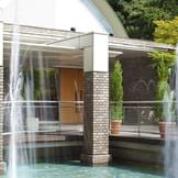 広々としたガーデンと噴水に囲まれた市内ホテルもで珍しい独立型チャペル。屋根付きで雨でも安心