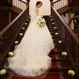 長いドレスが映える大階段