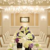 【チェルシー】 ベビーピンクを基調とした清楚で優しげな会場を、まばゆいばかりのシャンデリアが華やかに彩ります。
