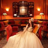 ドレスが映えるアールヌーヴォー調のBARラウンジ