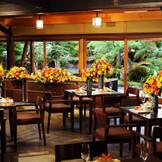 書院造の伝統建築と窓一面に広がる庭園が美しい披露宴会場