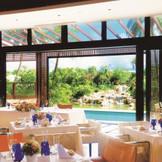 光あふれる開放的なレストラン