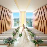 きらきらと輝く滝の水が印象的で、花嫁姿を一層引き立たせます。