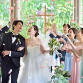 4階建て一軒家、最上階のプライベートチャペル。純白のドレスに身を包んだ花嫁とその手をしっかりと繋ぎ止める新郎を引き立たせるため、あえてシンプルな作りに