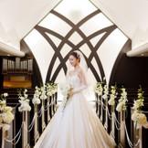 スタイリッシュなデザインのチャペル「ノーザンクロス」は、新婦様の美しさをより引き立てます。
