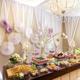 デザートブッフェ専用スペースで新郎新婦がゲストの方との楽しい時間をお過ごしいただけます