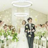 ふたりの永遠の誓いとゲストの祝福は明るい優しい光に包まれます。