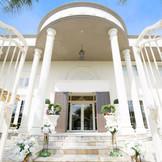 ゲストを迎える白亜の邸宅は門をくぐれば完全貸切の空間に。自由に使える会場はおふたりらしいコーディネートで楽しめる。