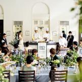 ゲストの目の前でシェフが料理を仕上げ、盛り付けをするライブキッチンも人気!