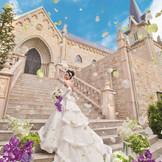 """青空の良く映える石造りの本格派大聖堂""""st,MERVEILLE教会""""挙式終了後は青空のもとゲストみんなと一緒の幸せな時間を共有できる。"""